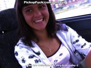 Morena chupa en el coche en la carretera