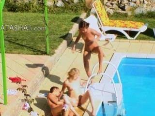 Tres chicas secretas follando por la piscina