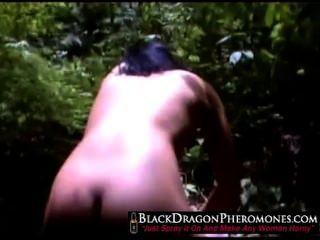 Chinese babe doblando en el bosque