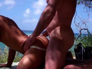 Musculoso dude folla un asiático en la playa