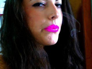 Fumar con lápiz labial rosa