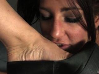 Pies de femdom adoran bajo el escritorio