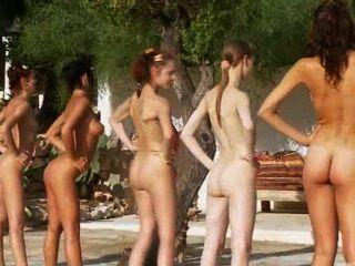 Seis chicas desnudas junto a la piscina de polonia