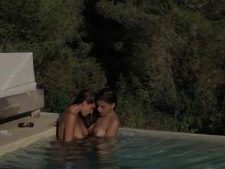 Brunette lezzs hacer el amor en la piscina