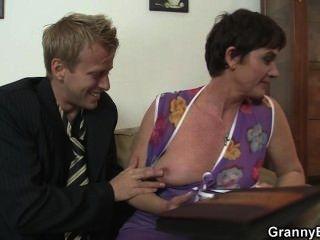 Sexo caliente con la abuelita zorra