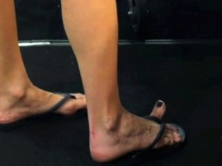 Grandes pies grandes flip flops