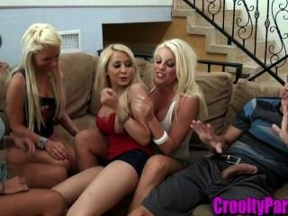 4 chicas calientes chupar una polla en la sala de estar