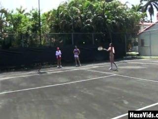Niñas universitarias desnudas en pista de tenis