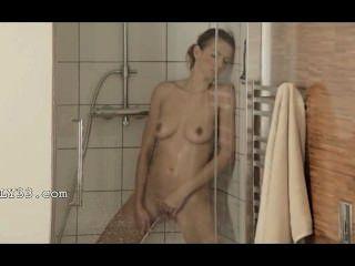 Alcanzando el orgasmo en la hermosa ducha