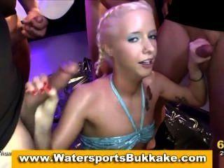 Deportes acuáticos ducha dorada fetiche