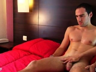 Straight guy get wanked su polla enorme por un chico gay!