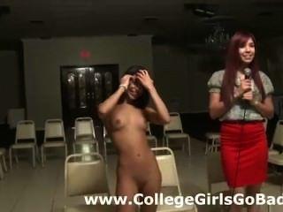 Lesbianas verdaderas de la universidad aficionada hacen una tira para las muchachas