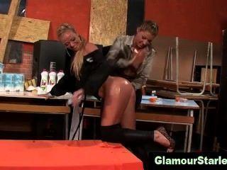 Las lesbianas glamorosas se aceitan