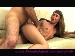 Agente femenino.Placer anal en el sofá de fundición