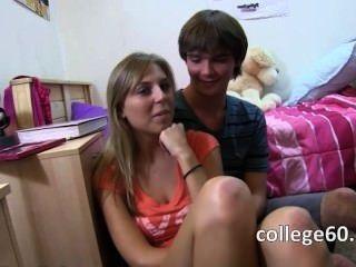 Dos adolescentes rubias disfrutando jodido en la cama