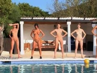 Seis polluelos desnudos junto a la piscina de rusia