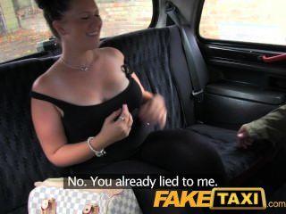 Chica faketaxi joven con tetas de bouncy seducido por locales cabby