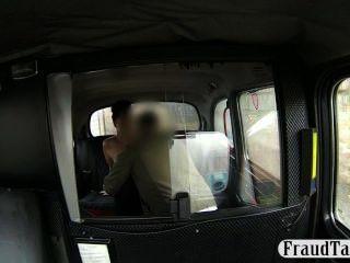 Chica aficionada obtiene su coño creampie jizzed en un taxi