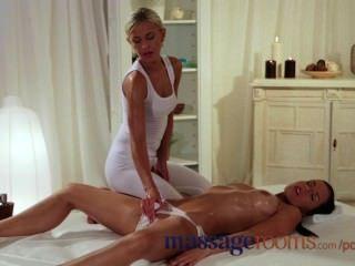 Salas de masaje húmedo chica joven obtiene duro digitación y lamer hasta el clímax