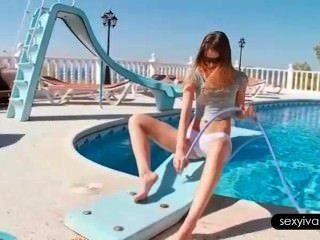 Ivana burlándose de su cuerpo caliente con una manguera junto a la piscina