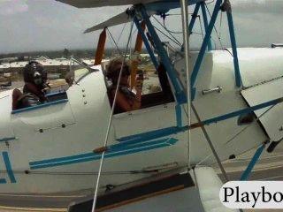 Compañeros de juego sexy con tetas enormes probar conducir un biplano