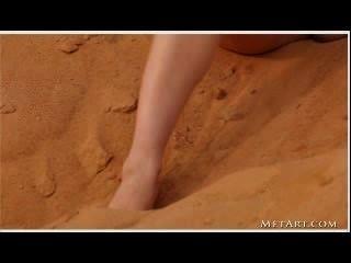 Joven morena posando en un desierto (sin audio)