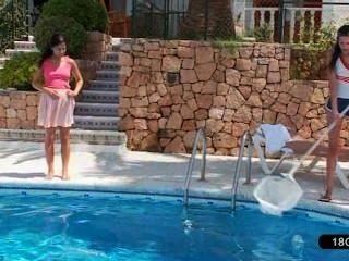Lesbianas encantadoras jugando junto a la piscina