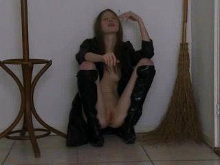 Come la bruja en altas botas negras