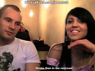 Se reunió con una morena en un café y se follan en el baño