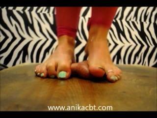Anika pisotea a su pene de esclavos www.anikacbt.com