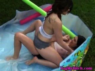 Mi ex novia y su amigo jugando en la piscina al aire libre