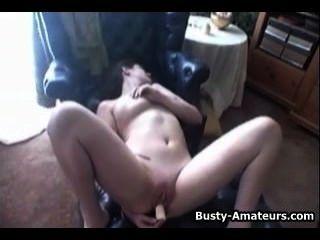Jennifer tetona masturbándose su coño calvo con consolador
