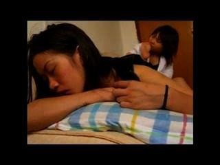Chica asiática adorada, ligeramente tictac f / f