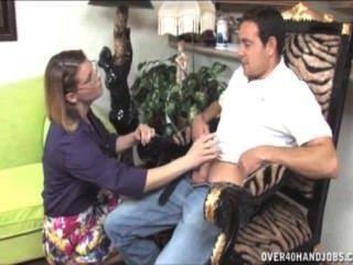 Milf travieso da una topless handjob