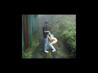 Los amantes de la India haciendo en la lluvia al aire libre