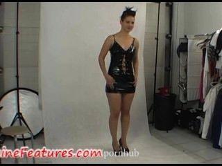 Sexy chick en vestido de látex en backstage clip