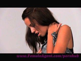 Agente femenino.Asombroso casting con delicioso y delgado perno prisionero
