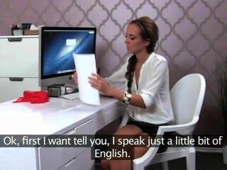 Mujer agente folla chico en la entrevista