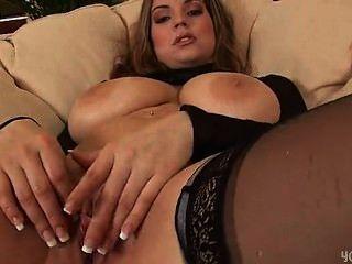 Sexy liana dildoing su coño mojado