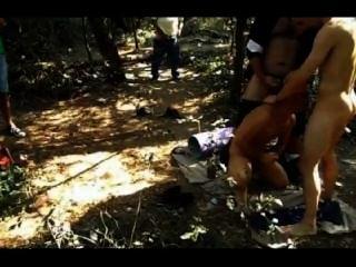 Mierda de la cuadrilla en el bosque que cruza