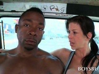 Dulce muchacho africano seducido por un vagabundo pechugón en el autobús