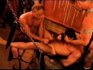 Cinco hombres sensual cbt, bdsm orgía con osos y nutrias con cum.