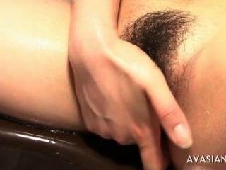 Cachonda asiática masturbarse duro su coño resbaladizo en el baño