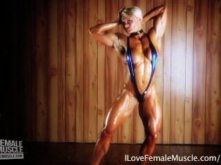 Increíble chica muscular brigita brezovac flexionando su cuerpo duro final