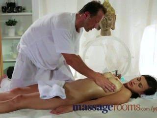 Hermosa y sexy morena con tetas grandes recibe un masaje y joder con cont