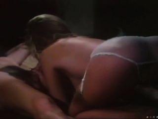 Shauna grant rubia bebe hace un cóctel con la cobertura de esperma