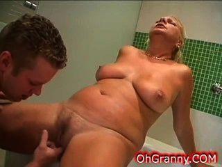 Tiempo de baño caliente con la abuela sexy