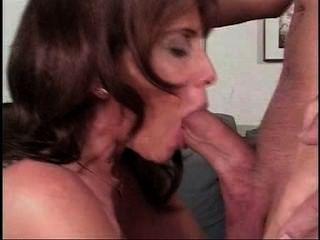 Regina garganta aguda, semen en la boca