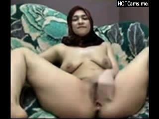 Chica árabe con hijab ordeñando sus tetas y se masturba