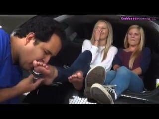 Culto 2 pies rubias jóvenes en el coche